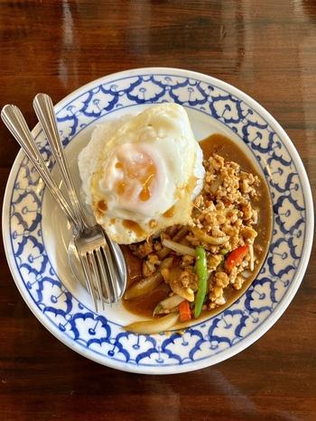 ランチメニューは20種類以上あり、毎日通っても飽きません。タイ料理の定番「鶏肉のホーリーバジル炒め」は、ハーブの爽やかな香りと唐辛子の辛さがやみつきのひと品です。