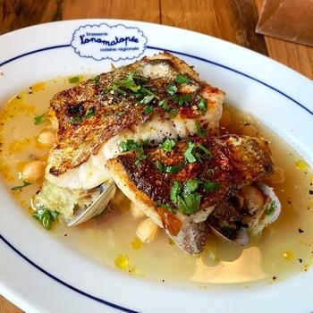 ランチは3種類からメインを選ぶスタイルで、ある日のお魚料理は「北海道噴火湾真鱈のロースト」です。シンプルにソテーした鱈の下に、旨みたっぷりのあさりとほくほくのひよこ豆。繊細な味付けはワインにもぴったりですよ。