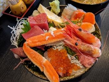 旬のお魚料理が評判の「市場食堂 さかなや」もテイクアウトを行っています。おすすめは、イートインでも人気の海鮮丼。こちらの「豪華海鮮丼」はいくらやカニ、エビなどがふんだんに盛り付けられています。仕入れ状況によってお刺身の種類が変わるのも楽しみのひとつ。