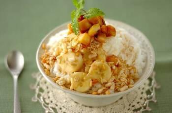 ミルク味の氷に、バナナとキャラメルソースが絶品のレシピです。バナナはキャラメリゼすることで、特別感が増してトッピングの主役に。氷、バナナ、グラノーラのそれぞれの食感が楽しいかき氷です。