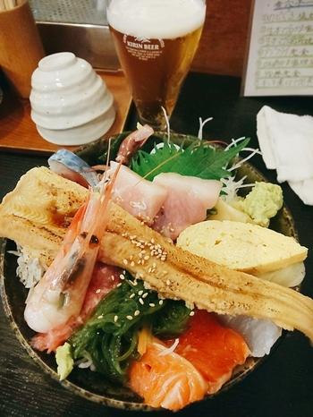 テイクアウトできる海鮮丼は、ほかにも「穴子のせ海鮮丼」など数種類。ディナータイムはお刺身の盛り合わせや天ぷらなどの一品料理も注文できます。新鮮な海鮮料理を食べたい日におすすめですよ。