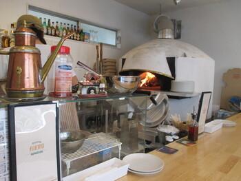 大きな窯で次々と焼き上がる様子を眺めているのも楽しいもの。500℃で一気に焼くので、香ばしさともっちり感のあるピザに仕上がるそう。