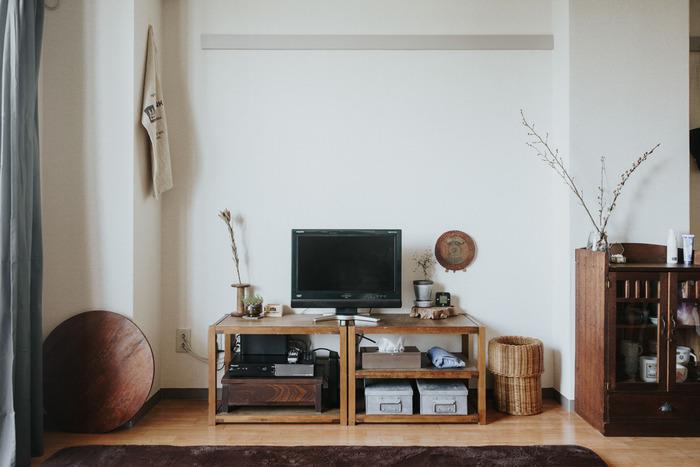 1LDKだとリビングが広く使えるので、ついたくさんのモノを置いてしまいたくなりますよね。でも家具をロースタイルでまとめてあげるだけで、シンプルかつスッキリとしたお部屋づくりを目指せますよ。ちょっと懐かしさの感じる色合いのインテリアを置き、テレビもボードも大きすぎないアイテムを選べばまとまりが出せます。
