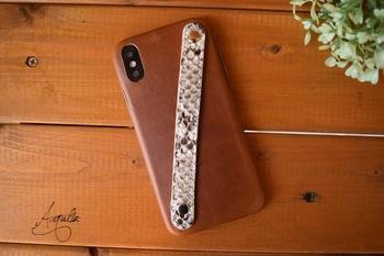 スマホケースはかさばるので持ちにくい…という方におすすめなのが、一枚革のケース。厚さは約1.0mm、重さは約11gと薄軽です。斜めに付けられたベルトは珍しく、革の色と糸の色を選べるので人とかぶりにくいのもポイント。