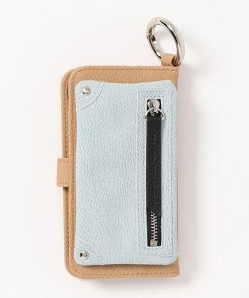 コインや鍵、ピアスや薬、小さなものをなくさずに持ち歩くには、スマホケースのポケットを使うと便利。こちらは、手帳型のスマホケースに取り外し可能なポケットが付いた優れもの。上部のリングはベルトループやバッグに掛けて使うこともできます。