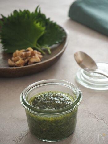 こちらは松の実ではなく、クルミを使ったシソのソースです。松の実がスーパーでなかなか見つからないときには、クルミでも美味しいソースを作ることができます。癖がなく、マイルドな風味のソースに仕上がります。