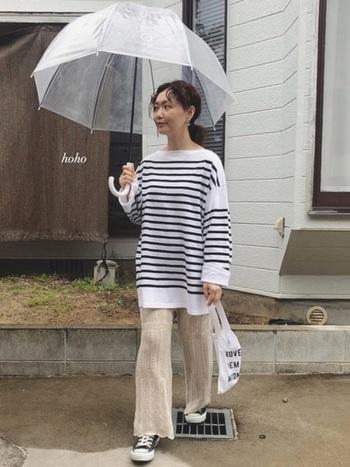 手洗いのできる透かし編みニットパンツなら、雨の日も気にせず履いてお出かけできます。オーバーサイズのボーダートップスを合わせて、トレンド感のあるカジュアルコーデに。