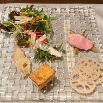 週末のランチは「土日祝限定コース」と「シェフのおまかせコース」の2つ。前菜とサラダは盛り付けが美しく、目でも楽しめます。