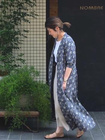 ナイロン混のビスコース生地のスカートは、さらりとしているので足さばき◎。アンクル丈なので裾の心配はご無用。万が一水はねしても目くらましできるお洒落なガウンを羽織って。