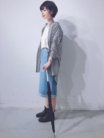 オーバーサイズシャツにデニムのタイトスカートを合わせて、ラフ過ぎないカジュアルコーデに。足元にはショートブーツっぽいレインブーツを合わせて、さりげなく雨対策。