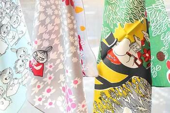 「marimekko(マリメッコ)」のテキスタイルデザイナーでもある鈴木マサル氏の手によって紡ぎ出された新しいムーミンの世界!大判サイズのハンカチで、アイディア次第で使い方は色々!お弁当包みとして、収納の目隠しカバーとして、ウォールデコレーションにしても素敵です。