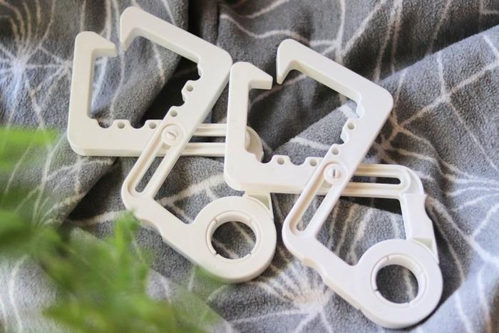部屋干しスペース作りには、ニトリのクロスフックが便利です。扉の枠などに取り付けて使用します。円の部分にピンチハンガーをかけたり、フックのくぼみを使ってハンガーをかけたり、たった1個でもいろいろな使い方ができるんです。