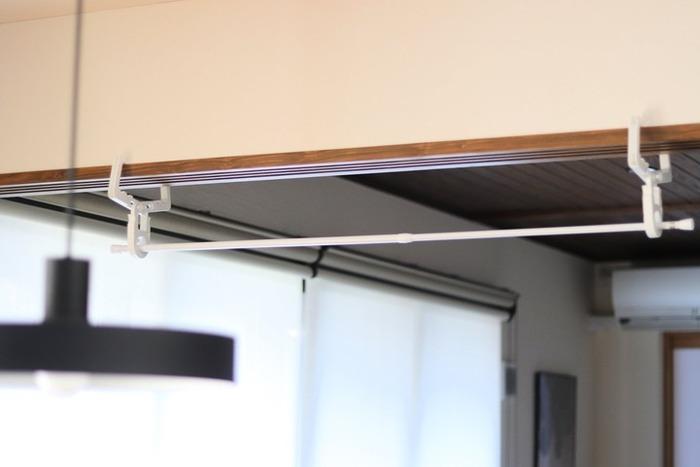 2個使えば、こんな部屋干しスペースも簡単に作れます。使っているのは、100均の突っ張り棒!お財布にも優しいですね。壁に穴をあける必要がないので、賃貸にお住まいの方にもおすすめの方法です。干す時は、耐荷重に注意してください。