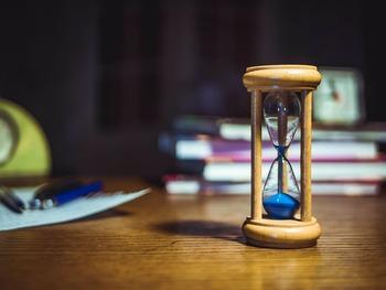 通勤・通学の準備など、先延ばしにできない予定が待機しているのが朝。実は、タイムリミットがあると、緊迫してより集中力が増すことが実験などによって証明されています。  一見、夜の方がたっぷりと思い通りに時間がとれそうなイメージを抱きがちですが、ダラダラ過ごしたり、疲れで効率が下がってしまったり…。対して締め切りのある朝は、例え短い時間でも、より濃密な時間を過ごしやすいのです。