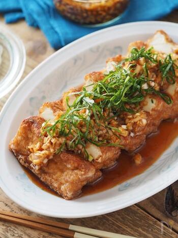 カリッと焼くだけでOK「油淋厚揚げ」。油淋鶏は鶏肉を揚げないといけないので大変ですが、厚揚げを使えば誰でも簡単にできちゃいます。厚揚げは豆腐よりも糖質が低い食材とも言われているので、積極的に使いたいですね。