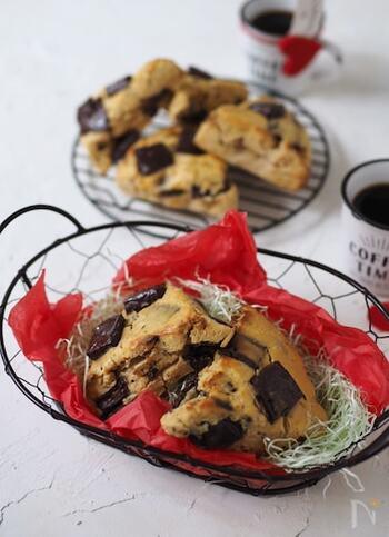 ゴロゴロのチョコで満足感アップ「おからチョコスコーン」。おからパウダーは万能食材のひとつですが、お菓子作りにも欠かせない存在。比較的日持ちもするので、作り置きするのもおすすめですよ。