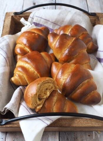 ホットケーキミックスを使うことで、パン作りで手間のかかる発酵が不要に!さらに「ふすまパンミックス」で糖質を抑えることができるので、罪悪感なくパンを食べられるのが嬉しいですね。おいしい珈琲と一緒にどうぞ。