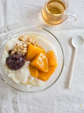 マンゴーと粒あんをトッピングしたレシピです。トッピングとして定番のピーナッツをクルミにすることで、風味と食感に変化を。クルミならではの香ばしさを感じられる豆花です。ゴロゴロとしたマンゴーと、粒あんとクルミは相性ばっちり。