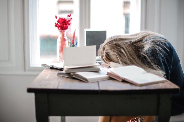 """人間なので、日によってはうっかり寝坊してしまったり、起きてはみたもののどうしてもやる気になれなかったり…ということもあるもの。そんな時は、やろうと思っていたことのうち""""ほんの一部""""をこなすだけでもOKとしてみましょう。  例えば、いつもは1記事文英字新聞を読解しているのに、寝坊して時間が5分しかないなら、新しい単語が含まれた1文だけでOK。"""