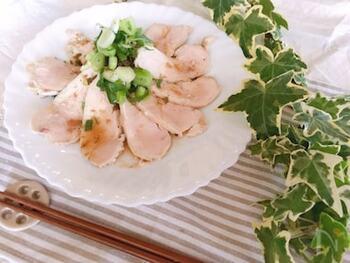 香味ダレをさらにシンプルにしたネギ塩ソースもおすすめ。レモン風味でさっぱりしていて、暑くなってきた時季にぴったりの一皿になります。