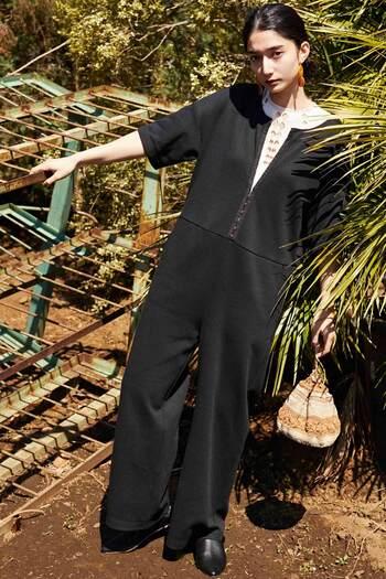 引き続きトレンドのオールインワン。夏は楽ちん素材で、着ている自分も心地よく過ごせるとうれしいですよね。こちらは着心地のよいカットソー素材で、夏でもがしがし着られる一着。体のラインを拾わない適度な厚みの生地、引き締まって見えるブラックカラーと、気負いなく着られるのも大人の女性にはうれしい。フロントに並んだカギホックはカジュアルになりすぎず、モードな雰囲気を演出します。