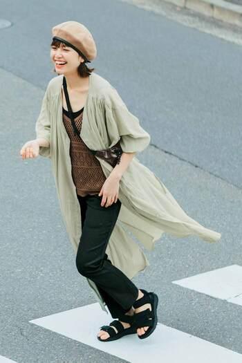 ふわっと軽い綿ボイルの羽織ものは、夏のコーデに変化をつけるのにも冷房対策にも重宝する一着。重ねるアイテムを選ばないシンプルなデザインなので、飽きずに自分らしいおしゃれが楽しめそう。ストレッチがきいた九分丈のチノパンは、薄手なのに透ける心配もなく、夏のおしゃれにはもってこい。細くもなく太くもない絶妙なシルエットで、さまざまなシーンで活躍します。