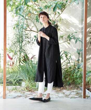 """ナチュラルスタイルにひとさじのモード感を取り入れるなら、バンドカラーのアイテムがおすすめ。こちらはサニークラウズでも毎シーズン人気のロング丈シャツ「ワンピになりたかったシャツ」と「魔女ワンピ」の""""いいとこどり""""をした一着。深めのスリットや前後で長さの違うデザインは、着るだけで洗練された雰囲気に。レイヤードに便利なチノンスの夏バージョン、「夏ンス」を合わせて。"""