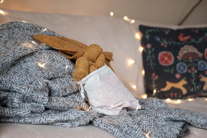 ベッドカバーの素材にはウールもあります。ウールのしなやかさと暖かさは寒い冬のベッドにぴったり♪夏場と冬場でベッドカバーを衣替えするのも良いですね。