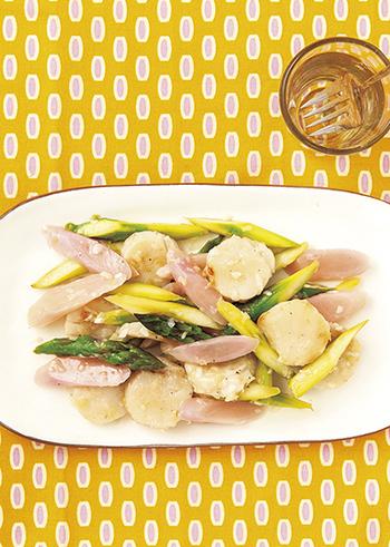 ほたてと新生姜とグリーンアスパラガスの色鮮やかな一品はおもてなしにもピッタリ!新生姜は食感を活かすために、最後に入れてサッと炒めるだけ。ネギだれを絡めた、それぞれの食感を楽しんで。