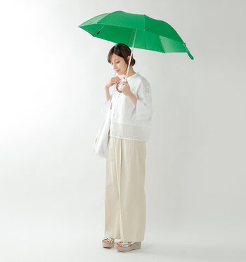 お天気の悪い日に避けがちなオールホワイトコーデ。気になる裾などには防水スプレーを施し、こちらのコーデのように厚底のサンダルを履けば、雨もへっちゃらな気分になれそうです。