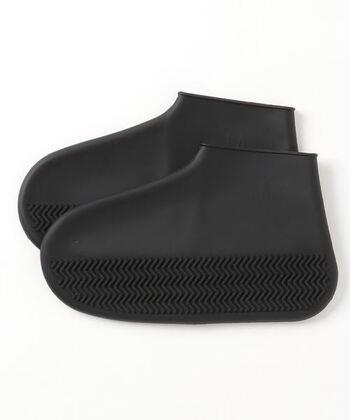 バッグに忍ばせておきたいのが防水レインカバー。例えば真っ白な靴や、汚れが目立ちやすい靴の日でも、これを靴の上からまるっと被せれば防水完了!場所も取らず、便利です。