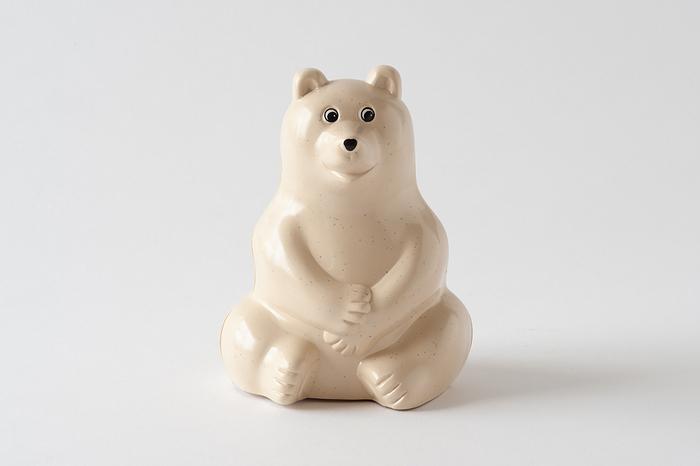 フィンランドのノルディア銀行のノベルティとしてデザインされた、シロクマの貯金箱。生産終了となった今もなお、人気は衰えずヴィンテージ品として愛され続けています。貯金箱としても、インテリアのオブジェとしても素敵な佇まいのシロクマちゃんです。