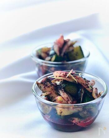 新生姜などの夏野菜と材料をビニール袋に入れて漬けるだけ。ゆかりを使うことでしば漬け風に変身!さっぱりとした味わいで箸休めにもおすすめです。お好きな野菜でアレンジしても楽しめます。
