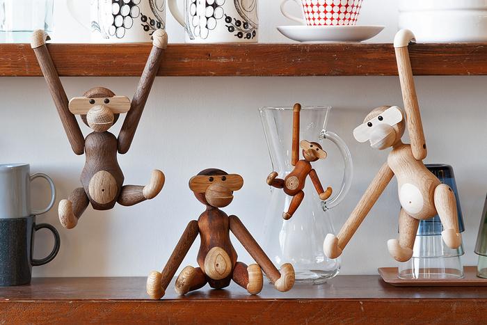 デンマークで最も知られているデザイナーのひとり「カイ・ボイスン」が長男の誕生をきっかけに制作をした「モンキー」。本棚や食器棚の片隅にひょいとぶら下がるユニークさと可愛らしさで、子どもから大人にまで愛されています。遊び心をくすぐってくれるオブジェです。