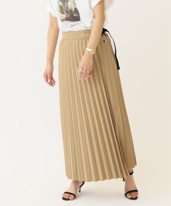 実は撥水機能付きボトムが人気急増中。中でもおすすめなのが、水はね等が気になりがちなベージュ等の色味。またプリーツやフレアのあるスカートは濡れて足にまとわりついてしまう心配もありますよね。そんな心配も撥水素材で仕立てられたスカートなら無用です。