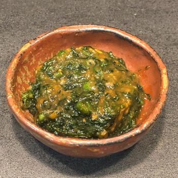 青唐辛子をアレンジしたピリリとした口当たりの大葉味噌です。こちらのレシピでは、火を止めてから味噌を混ぜ合わせます。とろりとしたやわらかな味噌の食感を楽しめるひと品です。