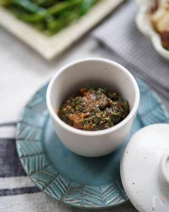 こちらはシンプルにシソの風味を堪能できるしそ味噌です。味噌、ごま、みりん、砂糖で調味しています。  ごはんのお供だけではなく、茹でた野菜やこんにゃくにもよく合います。味噌を焦がさないように、じっくり煮詰めましょう。