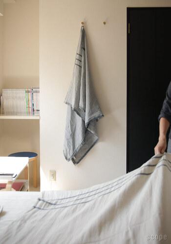 リネンは亜麻から作られていますが、下着にも使われる肌に優しい素材で、使うほどに柔らかさが増していくのがうれしい特徴です。コットンとの比較では、吸水性の良さがリネンのメリット♪同時に発散性も高いので、衛生面でも使いやすい素材となっています。暑い季節のベッドカバーに重宝しそうですね。