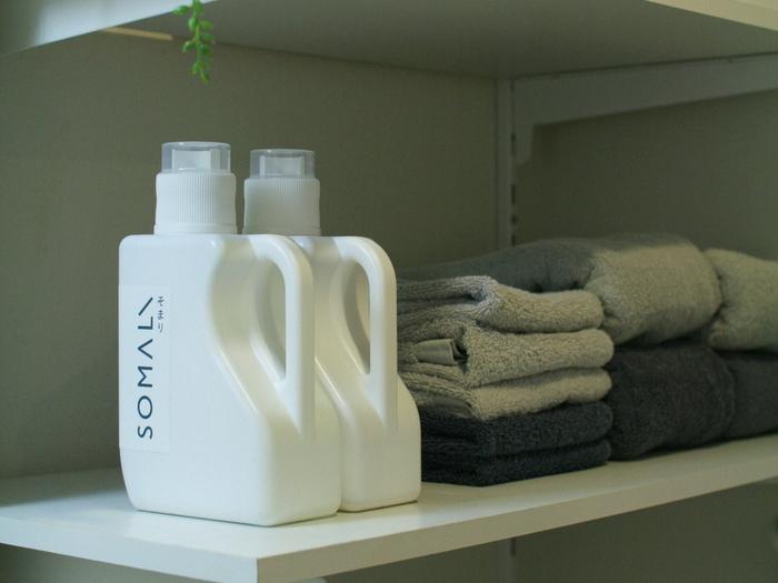 同時に、柔軟剤も部屋干し用に変えてみましょう。抗菌・消臭力の高い柔軟剤は、部屋干しの嫌なニオイを軽減してくれます。好きな香りの柔軟剤なら、干している間もいい香り♪ただ、洗剤の香りと混ざってしまうので、同じ系統の香りで統一するのがおすすめです。