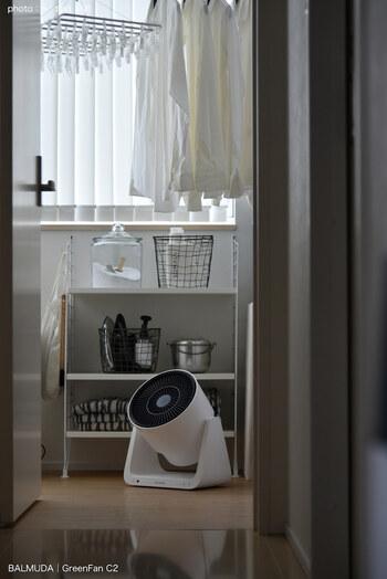 外干しと部屋干しの大きな違いは、空気の循環。特に冬の室内は閉め切って過ごすので、空気がたまりやすくなっています。そこで活躍するのが、扇風機やサーキュレーター。空気を循環させてくれるので、洗濯物の乾きも早くなります。