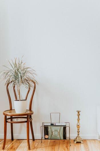 アイアンやスチール製のマガジンラックは、シンプルなお部屋にぴったりです。定番はやっぱりホワイトやブラック。ゴールドやブラウンは、木製アイテムとの相性バッチリ◎シャビ―な雰囲気にも似合いそう。