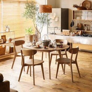 丸いテーブルを囲むように配置した木製の椅子。素材は天然木オーク無垢材です。木目やフシの風合いなども一つひとつに個性があり、温かみが感じられます。