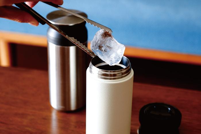 内びんの外側は金属箔で被われており、外びんと内びんの間は真空状態なので対流による放熱を防いで、熱を中に閉じ込めるので、保冷と保温もバッチリ!約6時間もの間、中の飲み物の温度を適温でキープしてくれる頼もしいアイテムです。