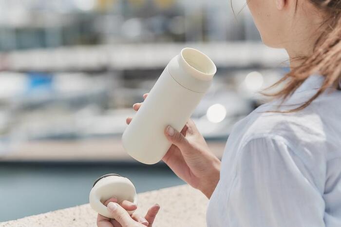 丸みのあるキュートな握りやすいハンドルがついていて、持ち運びがしやすい「DAY OFF TUMBLER」。突起などがない口当たりの良い飲み口や、電解研磨が施された内側、サビに強く丈夫な18-8 ステンレスが使われており、二重構造のステンレスにより、保冷・保温力が高いことなど、他のKINTOのタンブラーと同じく、機能性バッチリです。
