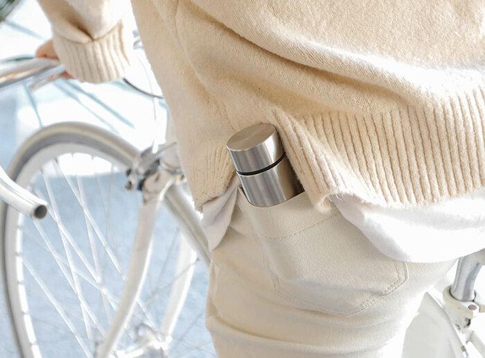 最小サイズながらも、保温は44℃以上、保冷は12℃以下をともに6時間キープしてくれます。しかもポケットやトートバッグの外側のポケットなどにすっぽり入るサイズなので、真夏の通勤時にも役立ちそう。