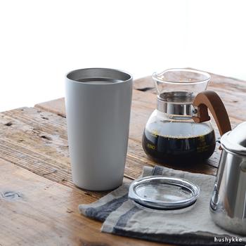 傷つきにくくとっても丈夫なステンレススチール製タンブラー。ダブルウォール真空断熱構造なので、保温、保冷ともに温度をしっかりキープしてくれます。淹れたてのコーヒーをそのまま注いで、クリアなフタをしておけば、 オフィスやおうちで作業をしたり、くつろいだりする際に大活躍してくれます。