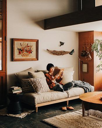 クッションをたくさん並べてのんびりくつろぎタイム。本を読んだりテレビを観たり。深めのソファは居心地のよい空間に。