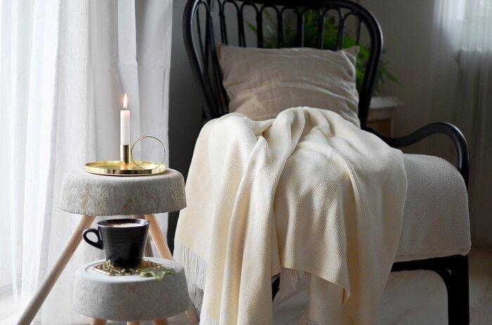 就寝前、お風呂上がりにひと休み。ゆったりと背もたれのあるデザインのチェアでくつろげば、ぐっすり眠れそうです。