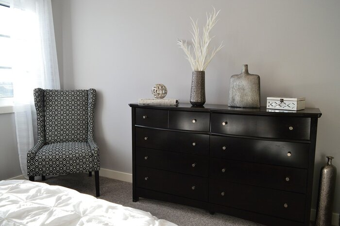 寝室のベッド脇に置かれた椅子。ちょっと物を置いたり、サイドテーブル代わりにも。モノトーンの空間にデザイン性のある椅子が可愛さをプラスしてくれます。