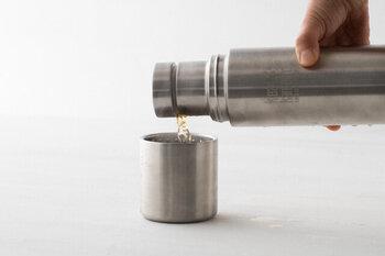 プラスチックを一切使わないステンレスのダブルウォール構造により、高い保温と保冷性の「TKPro」のステンレスボトル。キャップを回すだけで360°どこからでも注げるストレスフリーのデザインも素敵。また、上蓋はカップとして使用できます。